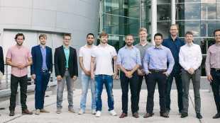 Vertreter von Smart City System, Ekoio, LoyalGo, Geospin, CarlundCarla und Tretbox vor der Gläsernen Manufaktur in Dresden. Foto: Volkswagen