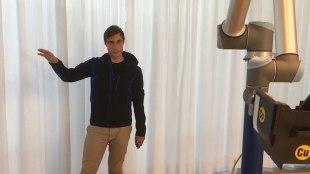 Georg Püschel vom Startup Wandelbots demonstriert, wie der Roboter per Datenjacke Bewegungsabläufe einübt. Foto: Stephan Hönigschmid