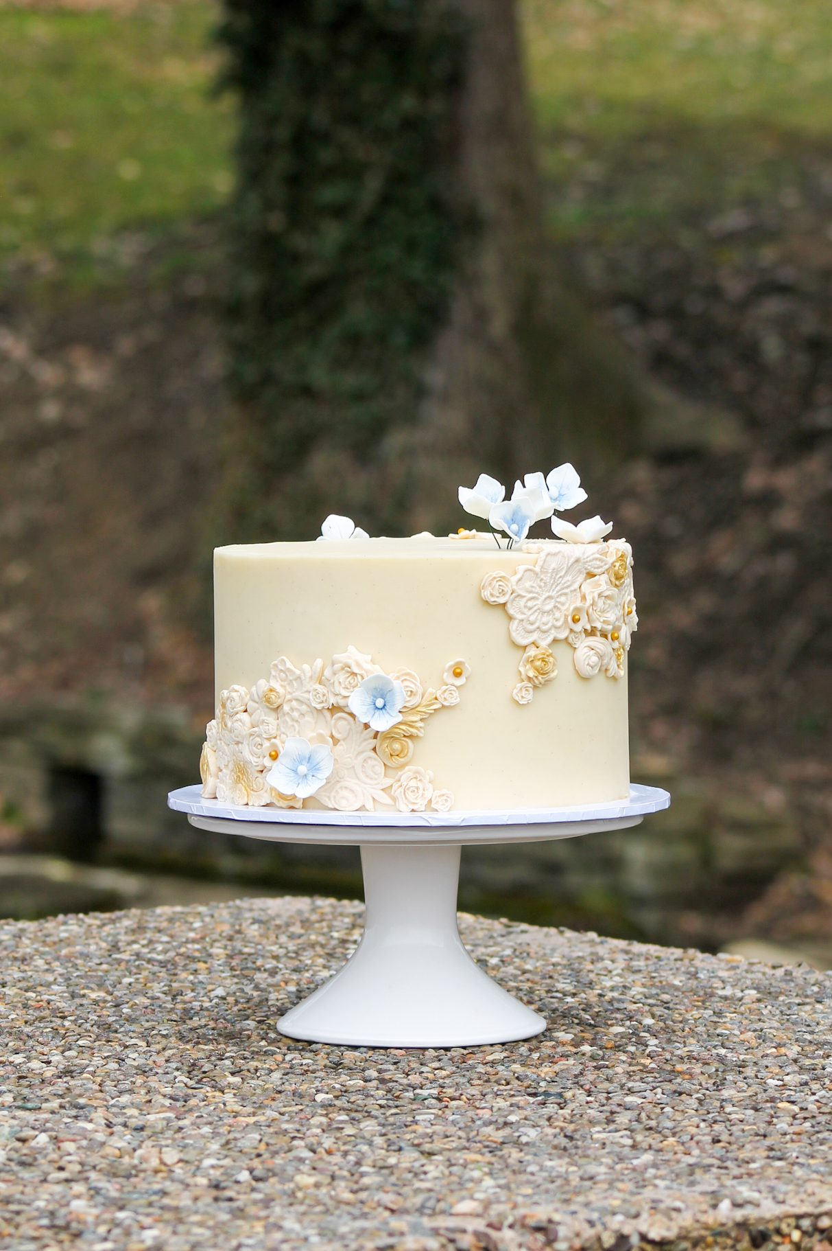 Single-tier-ivory-bas-relief-wedding-cake-with-blue-sugar-hydrangeas-from-Four-Oaks-Bakery-in-Pittsburgh-PA