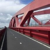 fietspad op rode brug