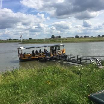 gele veerboot en steiger