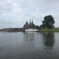 kerk achter boat op rivier