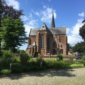 kerk en steen wegdek
