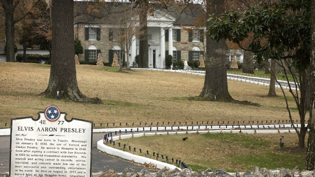 MEMPHIS, TN - DECEMBER 16: Elvis Presley's Graceland estate is seen December 16, 2004 in Memphis, Tennessee. (Photo by Mike Brown/Getty Images)