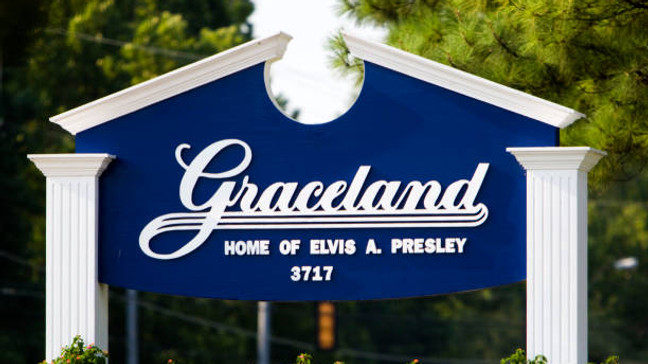 Graceland Elvis Presley mansion sign Memphis USA. (Photo by: Andrew Woodley/Universal Images Group via Getty Images)