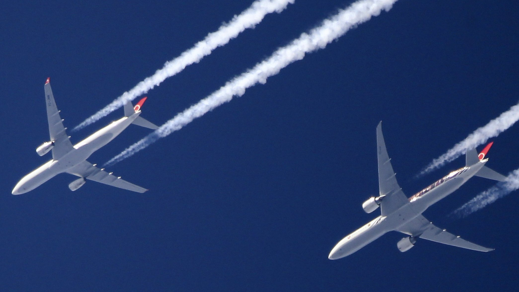 Airplane contrails picture
