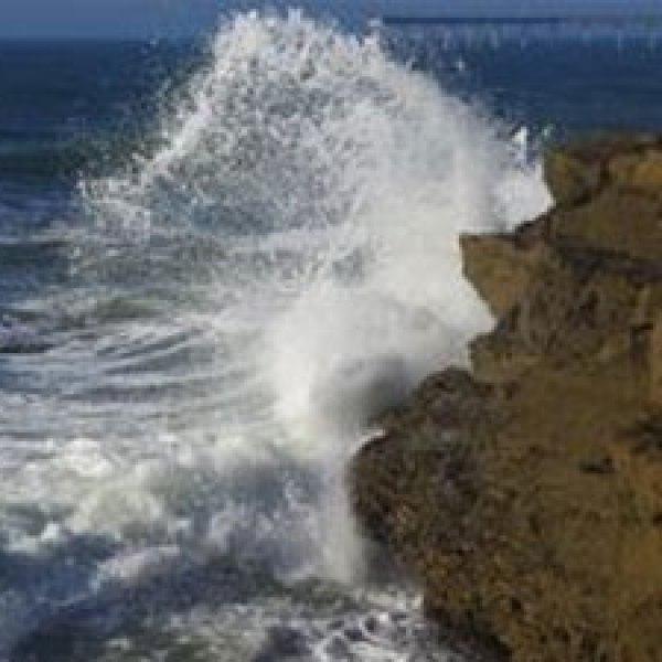 waves-splashing-at-la-jolla
