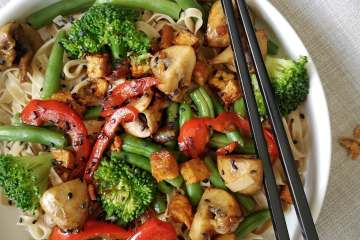 Snelle vegetarische roerbak mie