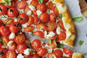 Hartige taart met tomaat en geitenkaas