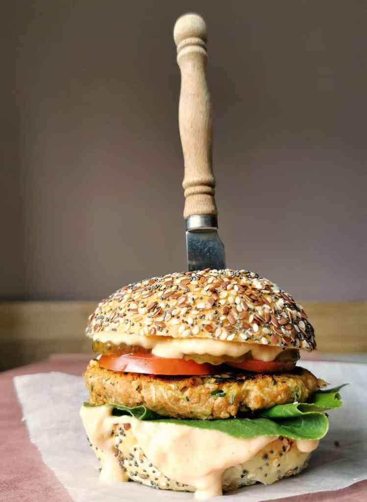 Vegetarische hamburger van peas maker stukjes