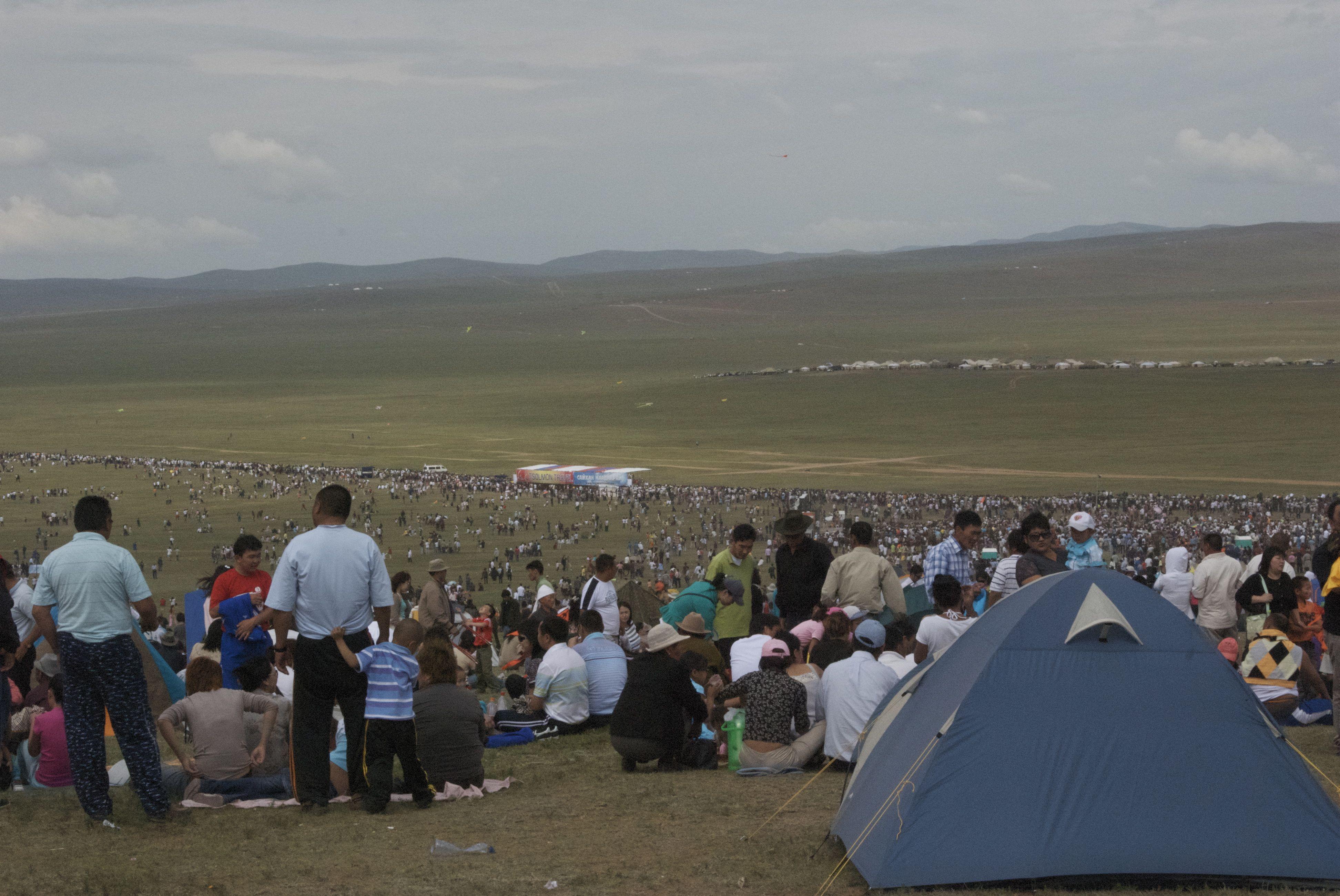 Horse race crowd