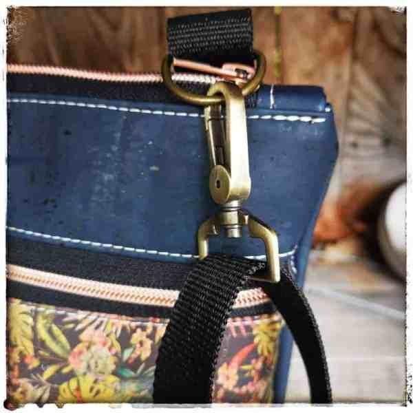 blauwe cross body kurk tas detail