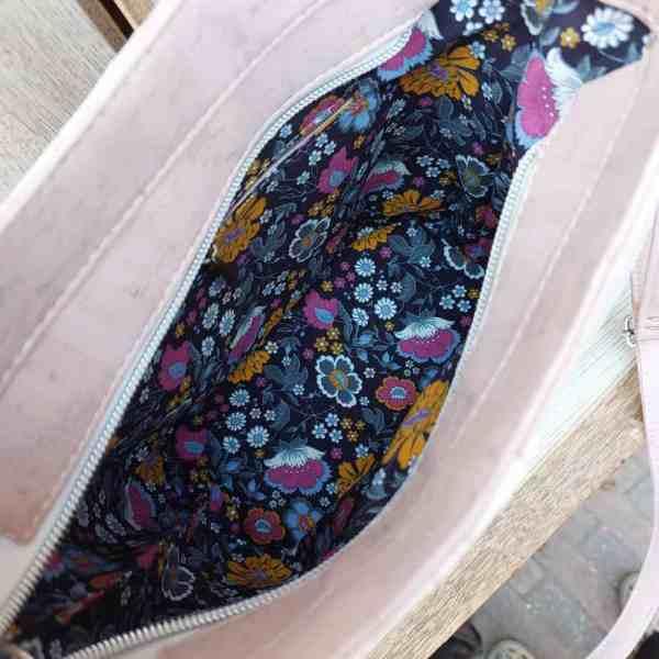 kurk tas-schoudertas roze met witte details binnenkant