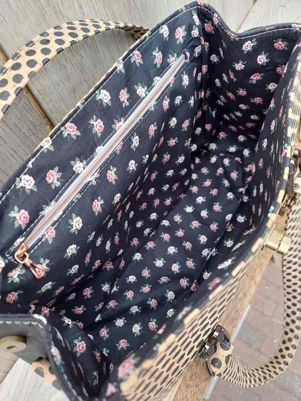 handtas zwart met stippen binnenkant