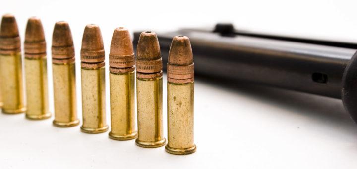 たった$1.5の賭け試合で激昂した少年達が偽の住所にSwattingを行った結果、無関係の28歳男性が警察に射殺される