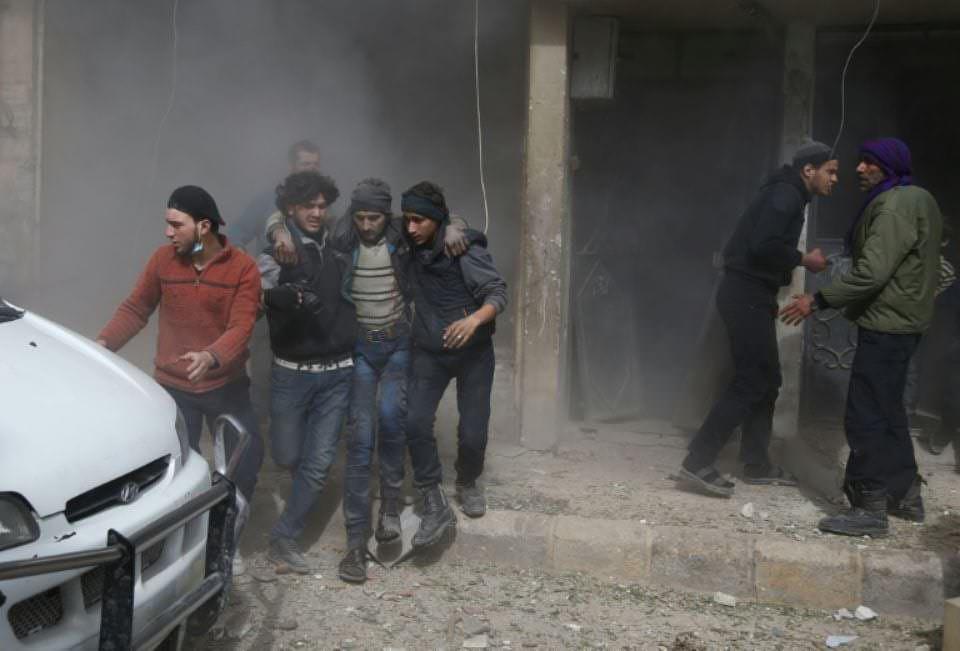 1094814-des-habitants-evacuent-un-blesse-apres-des-frappes-aeriennes-du-regime-syrien-sur-hamouria-dans-la-g.jpg