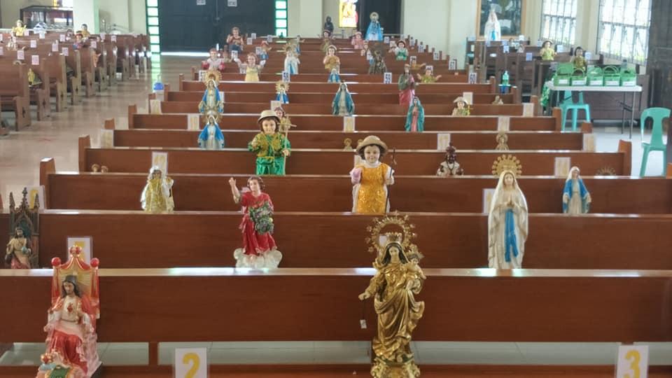 Dans cette église, ce sont des saints qui s'assurent de la distanciation sociale