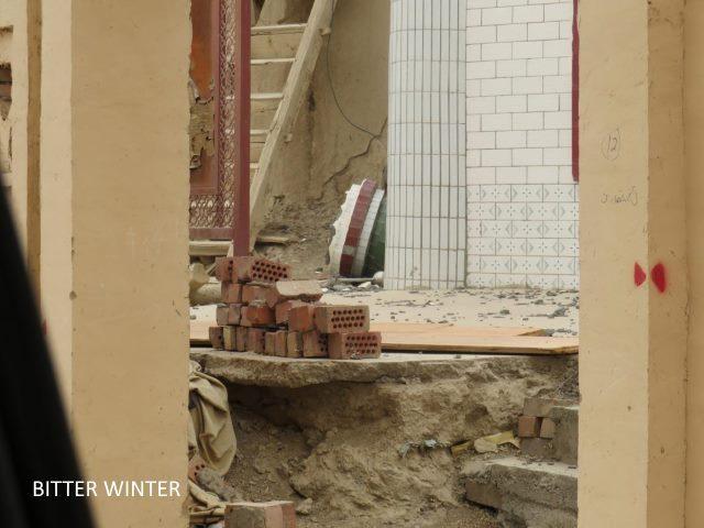 Cour en ruine, les montants du toit de la mosquée démontés