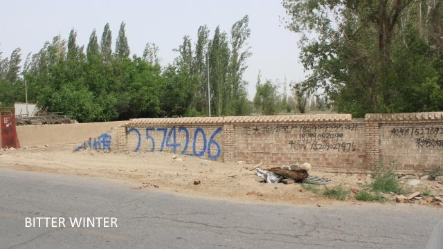 Mur laissé par la mosquée démolie du groupe 1, au village Huanglugang