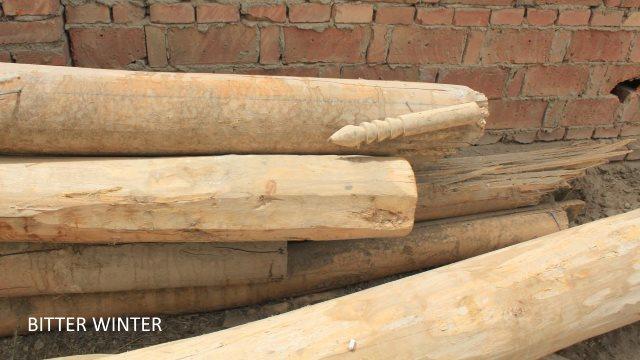 Poteaux laissés au sol sur le site de la mosquée démoli