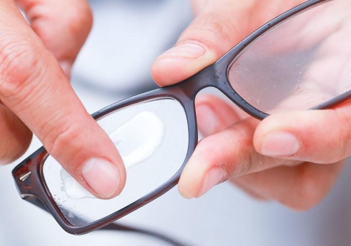 comment faire disparaitre les rayures de vos lunettes oh m 39 eye blog par easylunettes. Black Bedroom Furniture Sets. Home Design Ideas