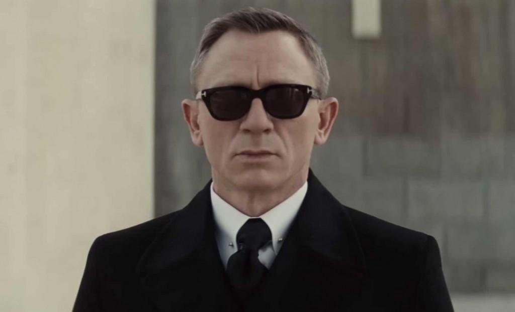 En plus des lunettes Tom ford, Bond porte une paire de Vuarnet Glacier, une  paire forme pilote revisitée avec des empiècements en cuir sur les côtés. 0e51d3414407