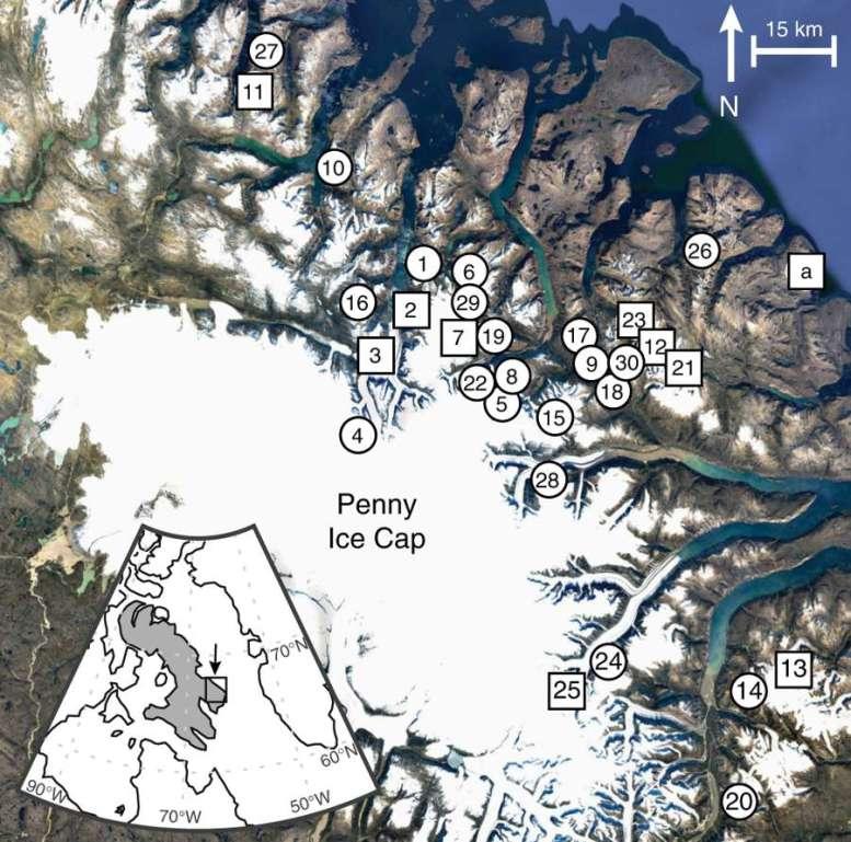 L'île de Baffin, en gris sur la petite carte en bas à gauche. Les échantillons récemment exposés par le recul des calottes glaciaires proviennent de 30 sites dans l'est de l'île. Les cercles indiquent que seules des plantes ont été prélevées. Les carrés signifient que des plantes et des roches ont été prélevées. © Simon Pendleton et al., Nature Communications, 2018/Google Earth/IBCAO, Landsat/Copernicus