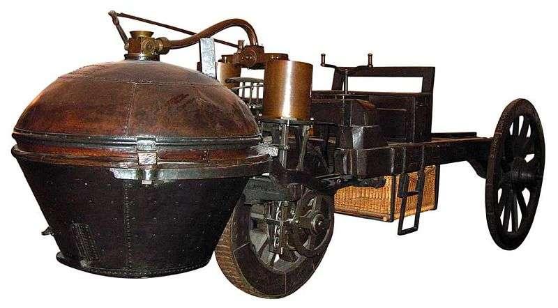 Le fardier (servant à transporter de lourdes charges) est le premier véhicule automobile à moteur à vapeur. Il a été réalisé en 1771 par l'ingénieur militaire Nicolas-Joseph Cugnot (ici, le deuxième modèle, avec sa taille définitive, conservé au musée des Arts et métiers, à Paris). Au cours du siècle suivant, la généralisation des machines à vapeur, remplaçant peu à peu les chevaux, a conduit à adopter une unité de puissance plus parlante que le watt du SI (système international d'unités) : le « cheval ». L'habitude survivra jusqu'au XXIesiècle... © Roby, GNU