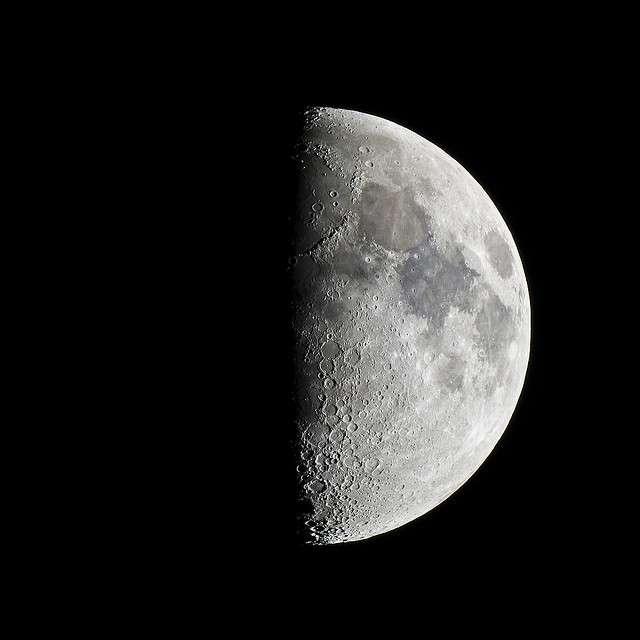 Il existe plusieurs phases lunaires. Lors du premier quartier, la Lune prend alors la forme d'un « p » (comme premier). © Pierre J., Flickr, CC by-nc-sa 2.0