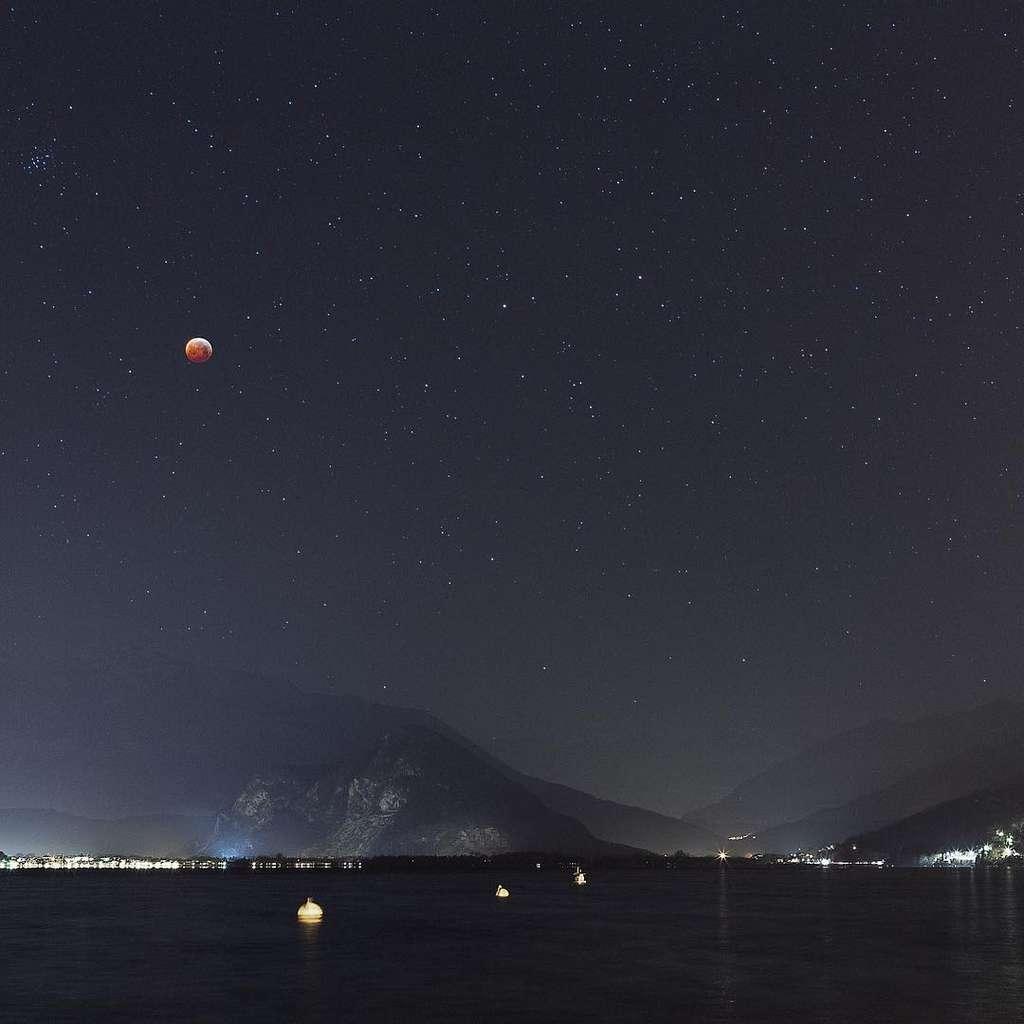 L'éclipse totale de la Lune photographiée au-dessus du Lac Majeur. © Alberto Negro, ESA