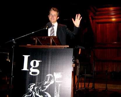 Laurent Bègue, du Laboratoire interuniversitaire de psychologie, personnalité, cognition, changement social (LIP-PCS, UPMF de Grenoble) a fait le voyage à Cambridge (Massachusetts) pour assister à la cérémonie de remise des prix Ig Nobel et recevoir celui décerné à son équipe. © DR