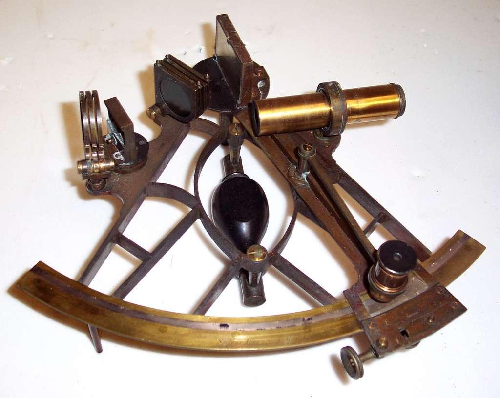 Sextant fabriqué entre 1820 et 1860 par la firme londonienne Spencer, Browning & Rust, exposé au U.S. Geological Survey museum. © USGS