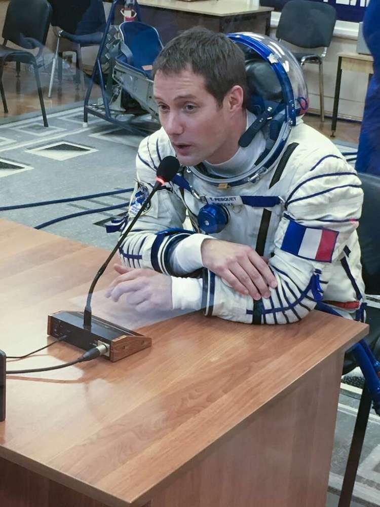 Thomas Pesquet, trois heures avant son lancement, dialoguant une dernière fois avec ses proches. © Rémy Decourt