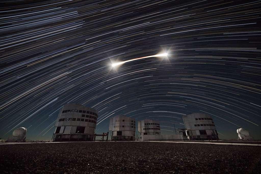 Timelapse de l'éclipse totale de Lune et filets d'étoiles au-dessus du VLT. © Juan Carlos Munoz