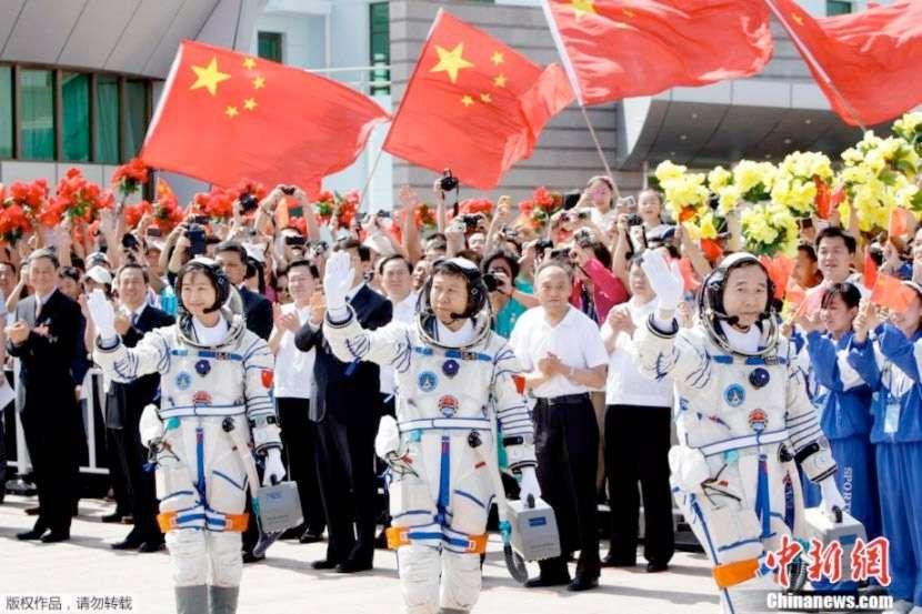 L'équipage de Shenzhou-9 avec la première Chinoise à avoir volé dans l'espace (Liu Yang, juin 2012). © CNSA