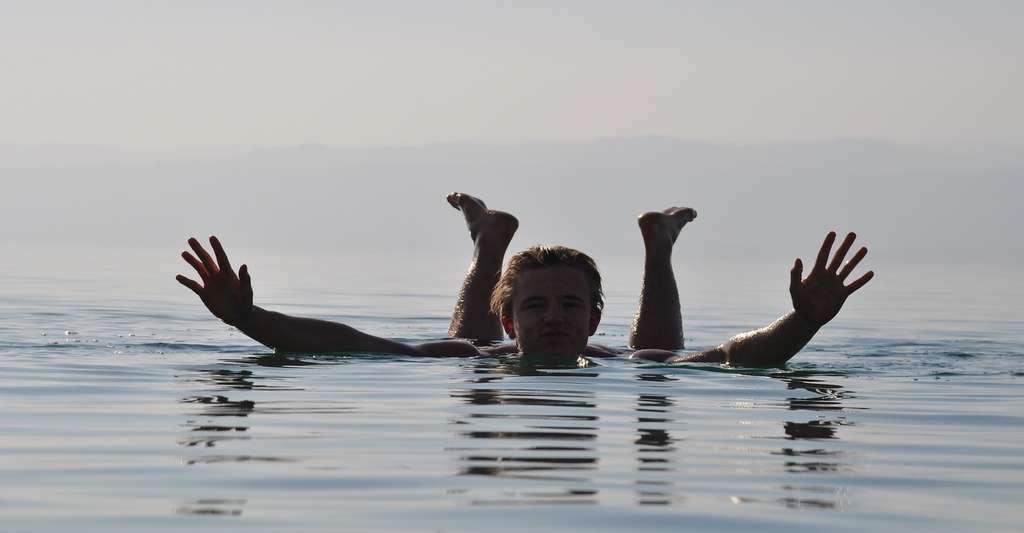 Le sel présent en grande quantité dans l'eau de la mer Morte permet de flotter plus facilement. © Rottan, Pixabay, CC0 Public Domain