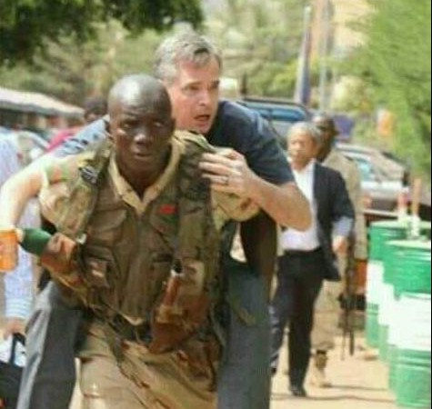 Un soldat malien porte un otage lors des attaques à Bamako via Mohamed Mamouny on Facebook with permission