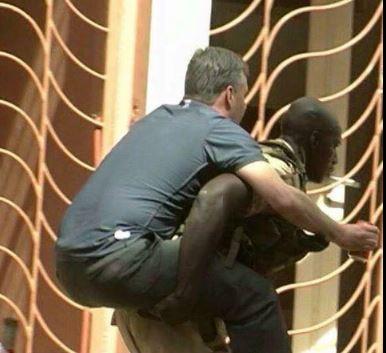 Soldat Malien portant otage sur son dos - via Mohamed Mamouny avec son autorisation