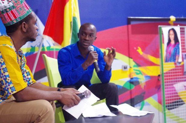 Sally Bilaly Sow, à droite, à l'université de Montpellier avec Mamadou Maladho de l'association des guinéens de Montpellier, lors de la célébration du 59e anniversaire de l'accession de la Guinée à l'indépendance. Photo faite par Moussa de Baga Studio, utilisée avec permission