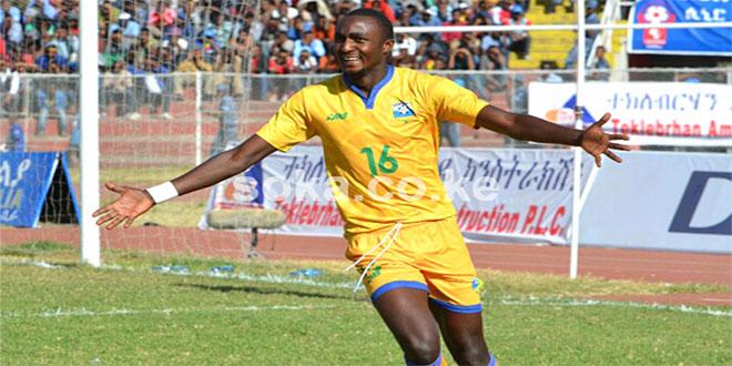 Photo d'un joueur en train de courir les bras ouvert...
