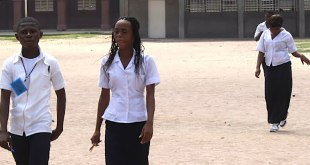 Trois finalistes quittent le centre, après l'épreuve d'examen d'Etat ce 20 Juin 2011 à Kinshasa.