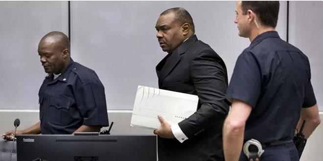 Photo d'un politicien et home d'affaire congolais escorte par deux policiers de la CPI.