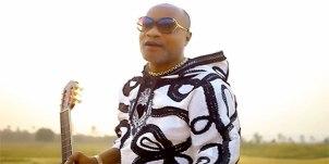 Photo de l'artiste Koffi olomide en train de chanter.