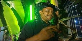 Photo d'un saxophoniste congolais en train de fumer.
