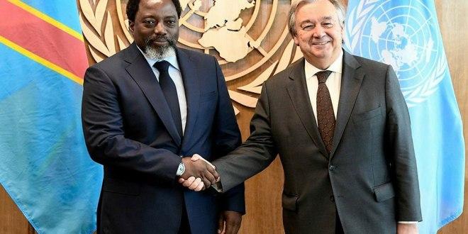 Poigné des mains Joseph Kabila et Antonio Gutierrez.