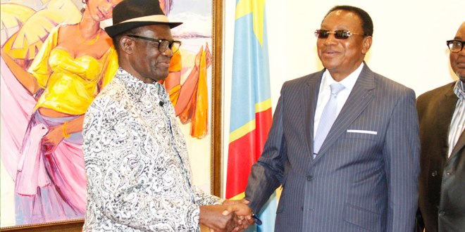 Le Premier Ministre de RDC (droite) reçoit l'artiste musicien Simaro Lutumba DOMANUENO, a la Primature.