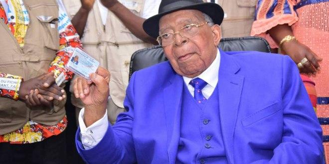 Antoine GIZENGA, président du PALU, exhibe sa carte électorale.
