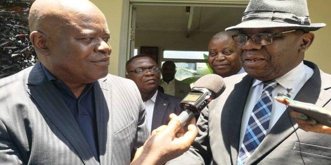 Fidele BABALA [gauche], Adolphe MUZITO [derrière, droite] au sortir d'une réunion a Kinshasa.
