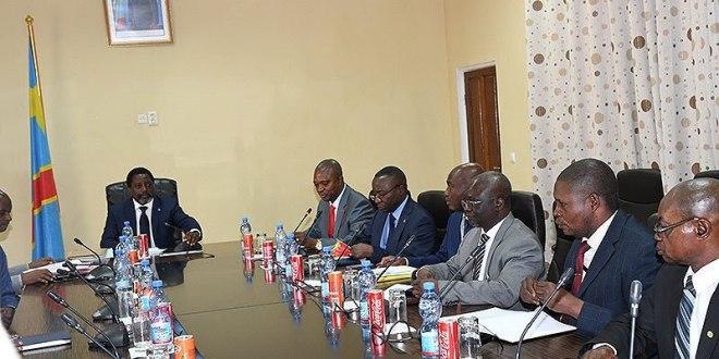 """""""Joseph Kabila"""" et les membres de la MP lors d'une reunion."""