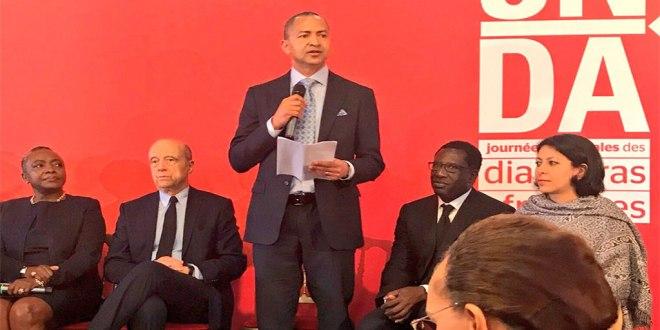 Moise Katumbi [debout] en train de parler lors de sa visite a Bordeaux